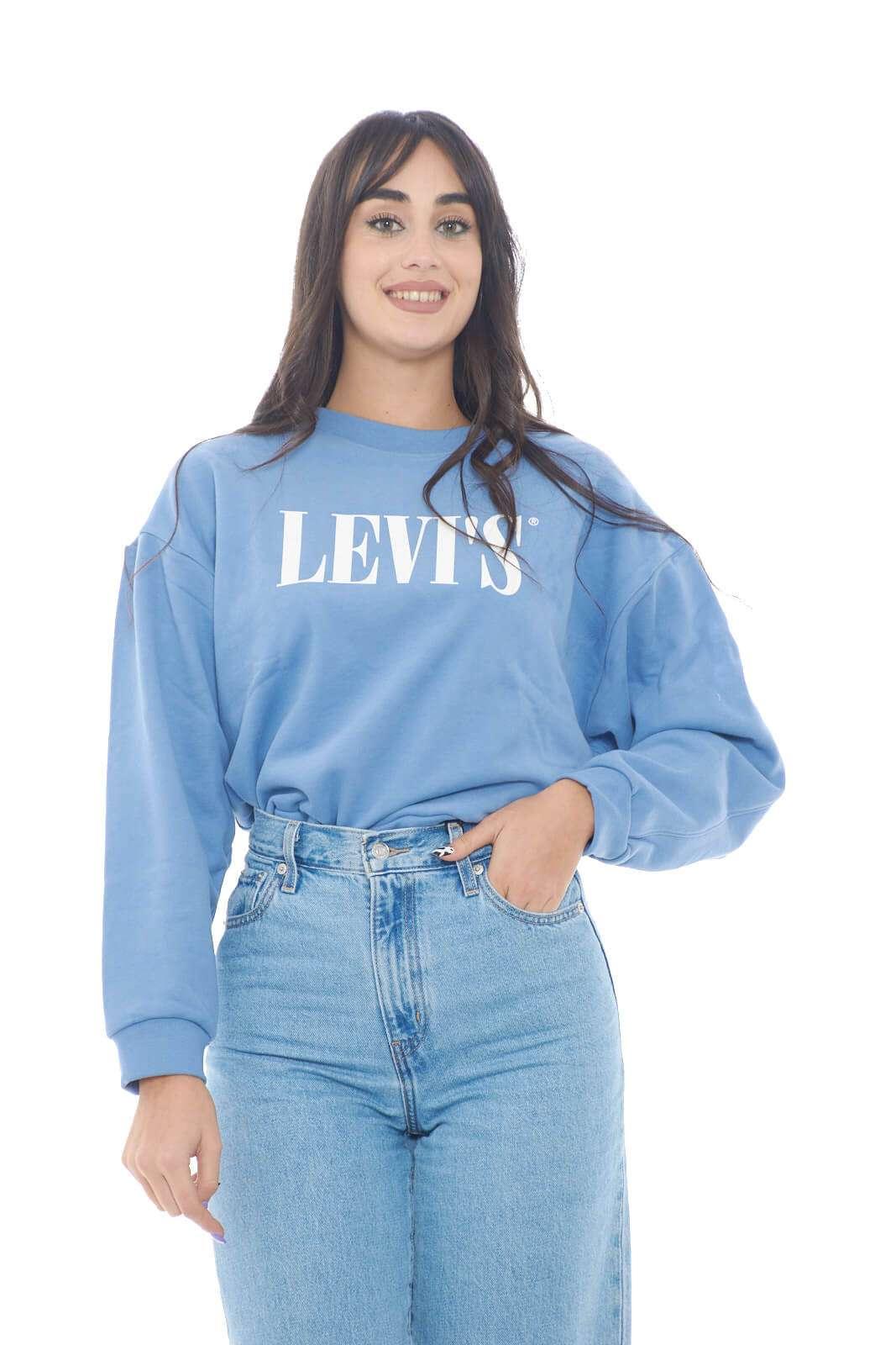 Scopri la nuova felpa donna firmata dalla collection autunno inverno di Levi's. Il taglio alla vita permette di indossarla con un jeans o una gonna a vita alta. Perfetta per i look più sbarazzini si impone nello sportwear.