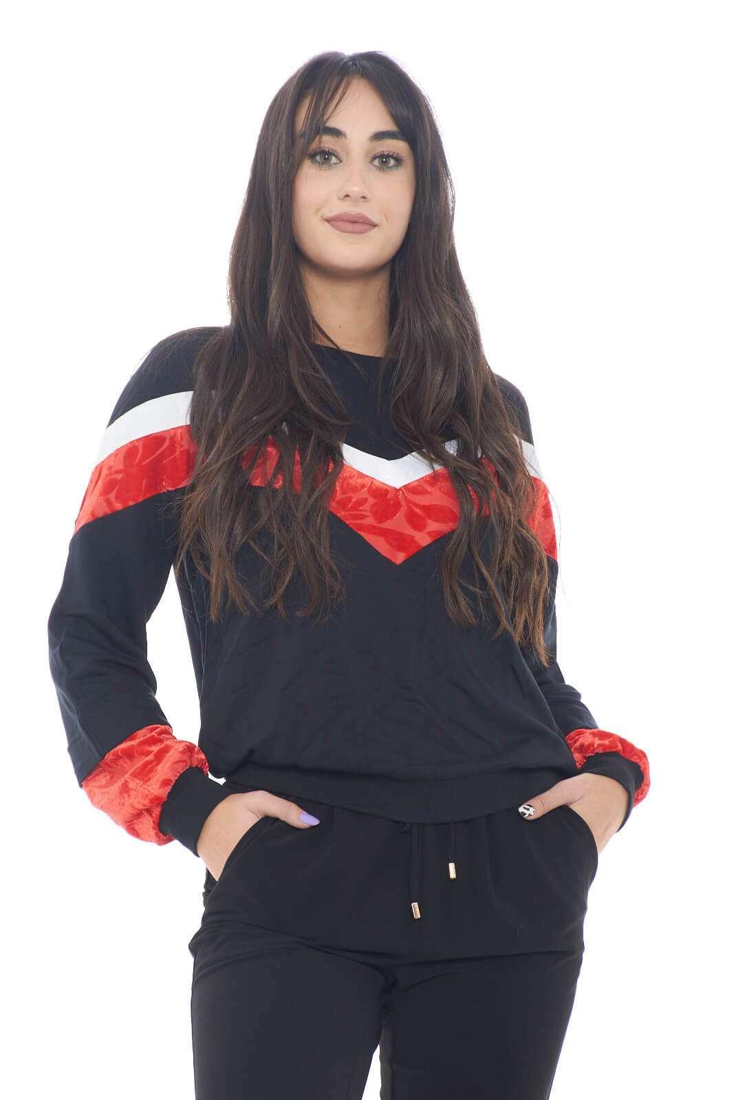 Una fantasia colorblock dai contrasti di tessuti per la nuova felpa proposta per la collezione donna Liu Jo Sport. Da abbinare con gli outfit informali, è un'ottima soluzione da abbinare con jeans o con pantaloni sportivi. La ciniglia e il cotone si sposano per unire comodità e stile.