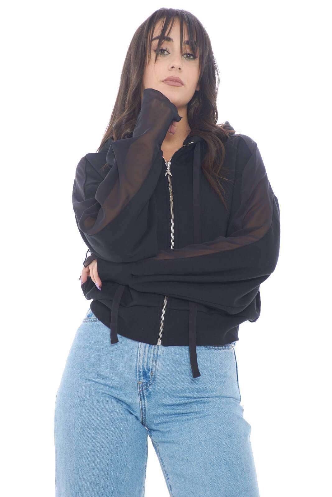 Una felpa chic e alla moda, presentata da Patrizia Pepe. Le stripes laterali regalano un look femminile e fashion, ad una felpa che con la sua semplicità conquisterà un posto di fiducia nel tuo guardaroba. Il logo lettering in strass sul cappuccio poi, è un dettaglio unico e ricercato.  La modella è alta 1,78m e indossa la taglia 1.