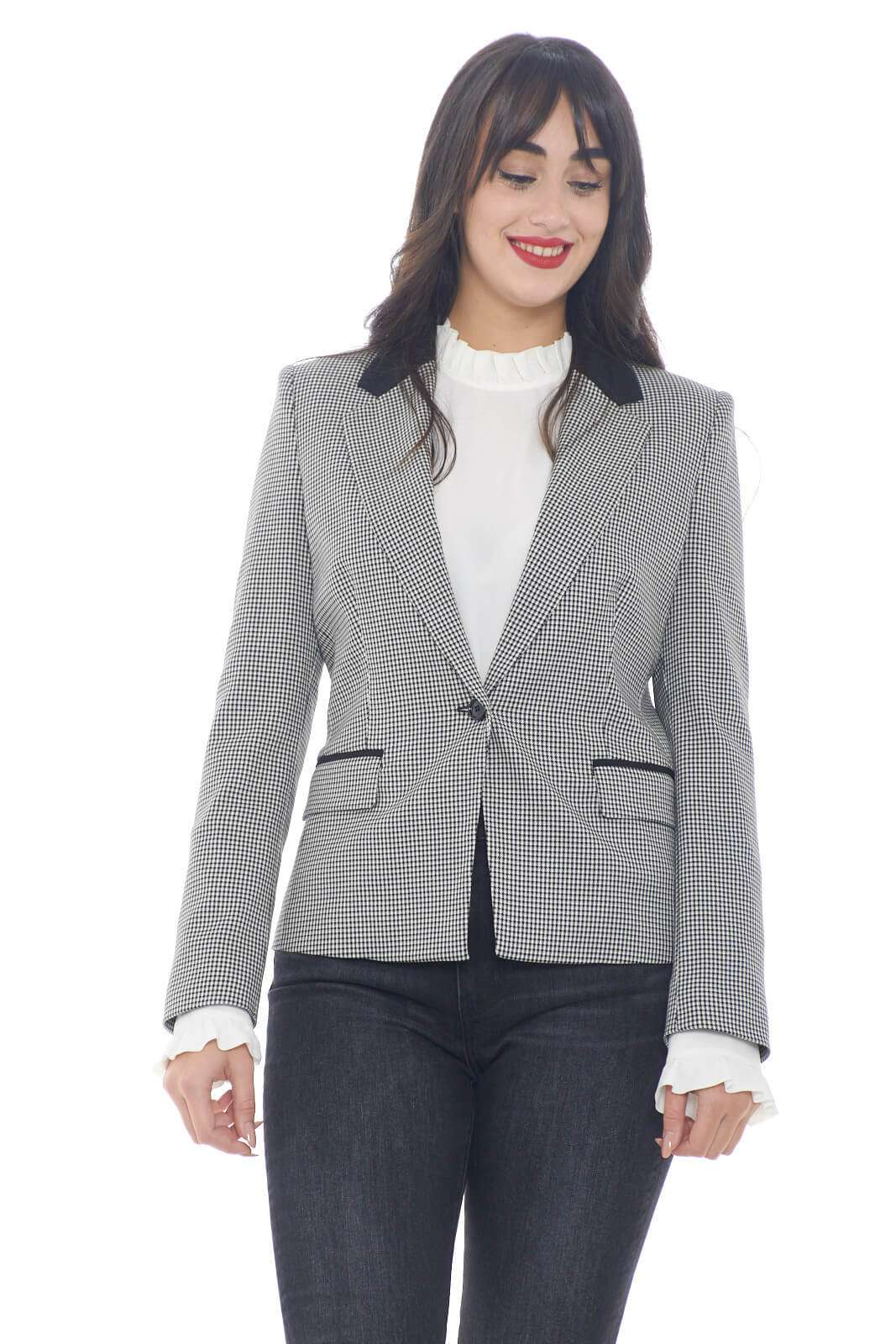 Giacca elegante e raffinata, caratterizzata da una marcata fantasia pied de poule, quella firmata Liu Jo. Perfetta per outfit classici e formali, da indossare in ufficio, o nelle evenienze più formali.  la modella è alta 1,78m e indossa la taglia 42.