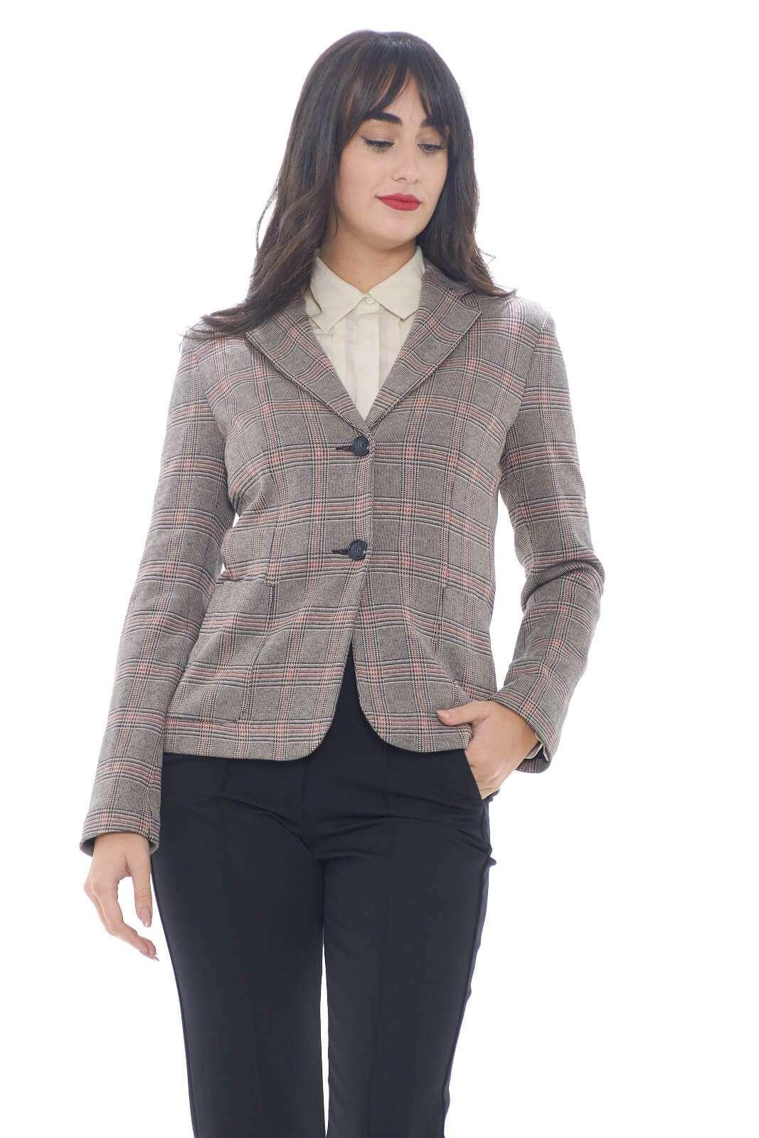 Una giacca con collo rever dalla vestibilità slim per le new collection Weekend Max Mara.  Da abbinare sia con un pantalone che con un jeans si presta per look casual ma anche formali.  La fantasia a quadri è resa unica dalla colorazione neutra e contemporanea.