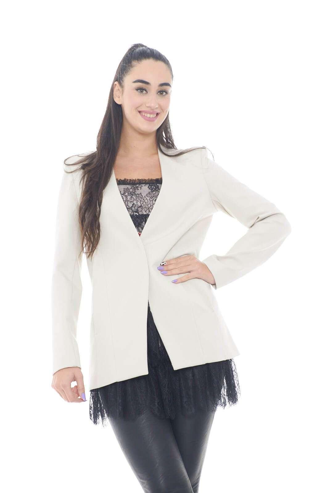 Elegante e semplice, questa giacca firmata Patrizia Pepe. Ideale per le evenienze più glamour, come cerimonie, o party, dove abbinata con una blusa, e un tacco, potrai sfoggiare un look chic ed esclusivo.  La modella è alta 1,78m e indossa la taglia 42.