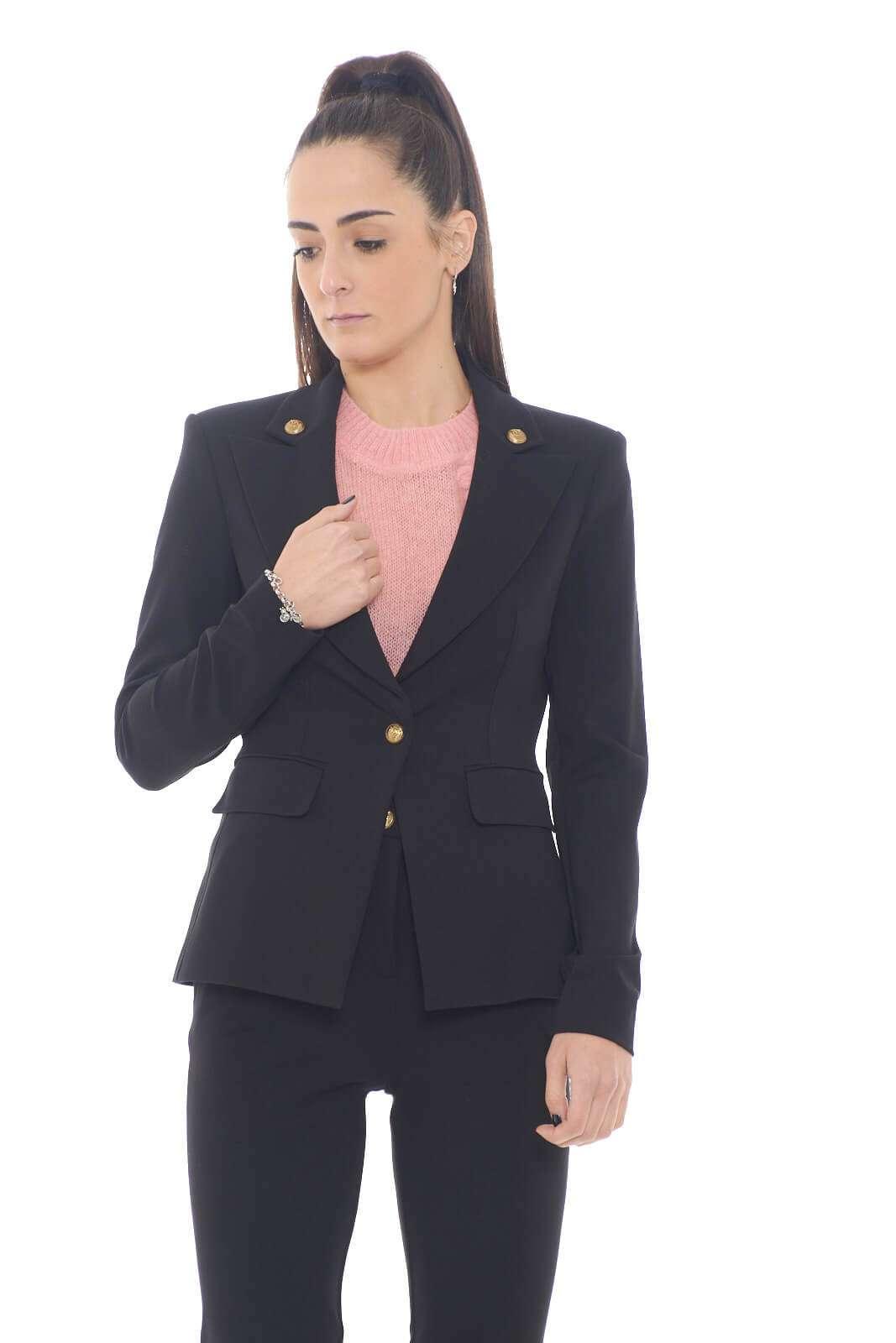 Scopri la nuova giacca donna in punto stoffa proposta per la collezione donna Pinko. Il tessuto stretch oltre che renderla femminile, permette di indossarla con confort per un look unico. Da abbinare ad ogni stile è un evergreen.
