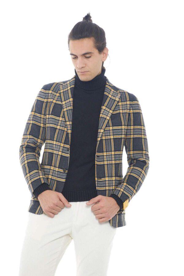 Una giacca dalla colorazione contemporanea e dal misto cotone e lana comodo e affascinante per la collezione uomo Tagliatore. La fantasia a quadri si abbina con pantaloni e jeans per essere perfetti in ogni look. Un capo indispensabile per un effetto chic.