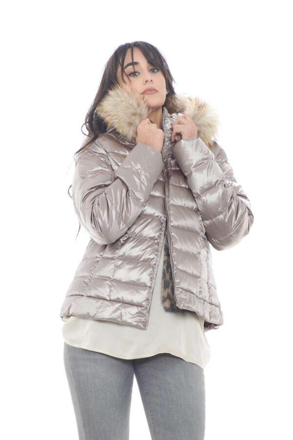 Un caldo giubbino imbottito proposto da Bomboogie, per la stagione autunno inverno.  Perfetto per outfit semplici, femminili, che regaleranno uno stile sempre curato e impeccabile.  Per la donna che ama capispalla sempre di tendenza.    La modella è alta 1,78m e indossa la taglia 1.