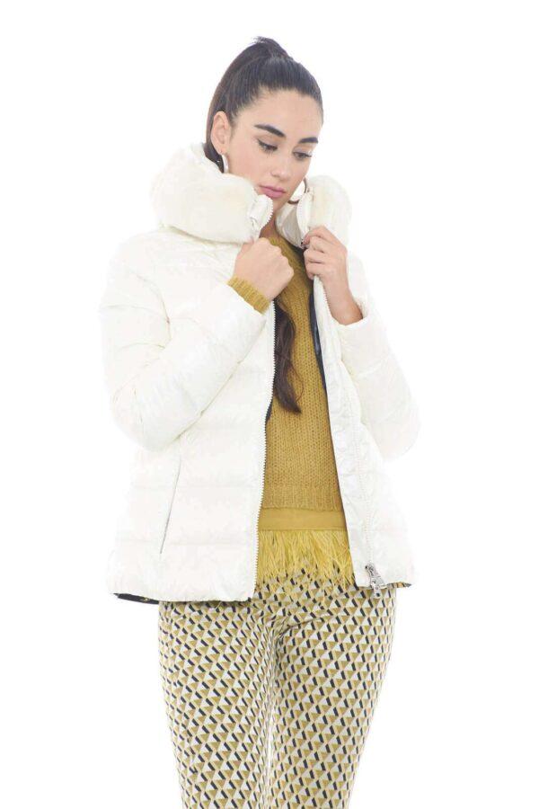 Un giubbino femminile, dal look delicato e chic, firmato Bosideng. Perfetto per completare outfit fashion e impeccabili, grazie al suo stile pulito e raffinato. Una garanzia anche di comfort contro il freddo, grazie all'imbottitura in piuma e alla pelliccia in lapin sul cappuccio.  La modella è alta 1,78m e indossa la taglia M.