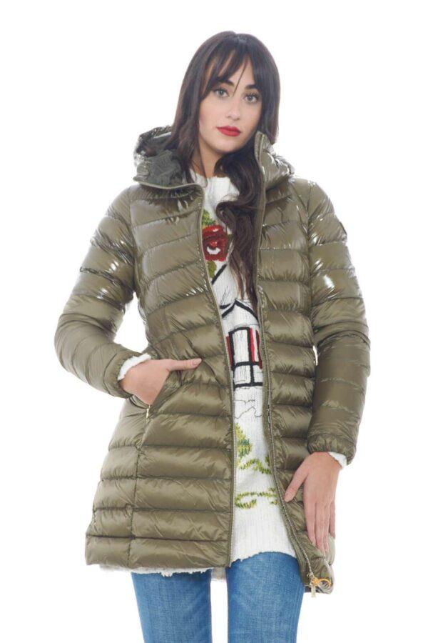 Un piumino dal look essenziale il Nitak firmato per la new collection donna Ciesse Piumini.  La vestibilità slim si adatta allo stile casual chic perfetto per ogni occasione.  Da abbinare sia con un jeans che con un paio di pantaloni si impone per la fredda stagione.