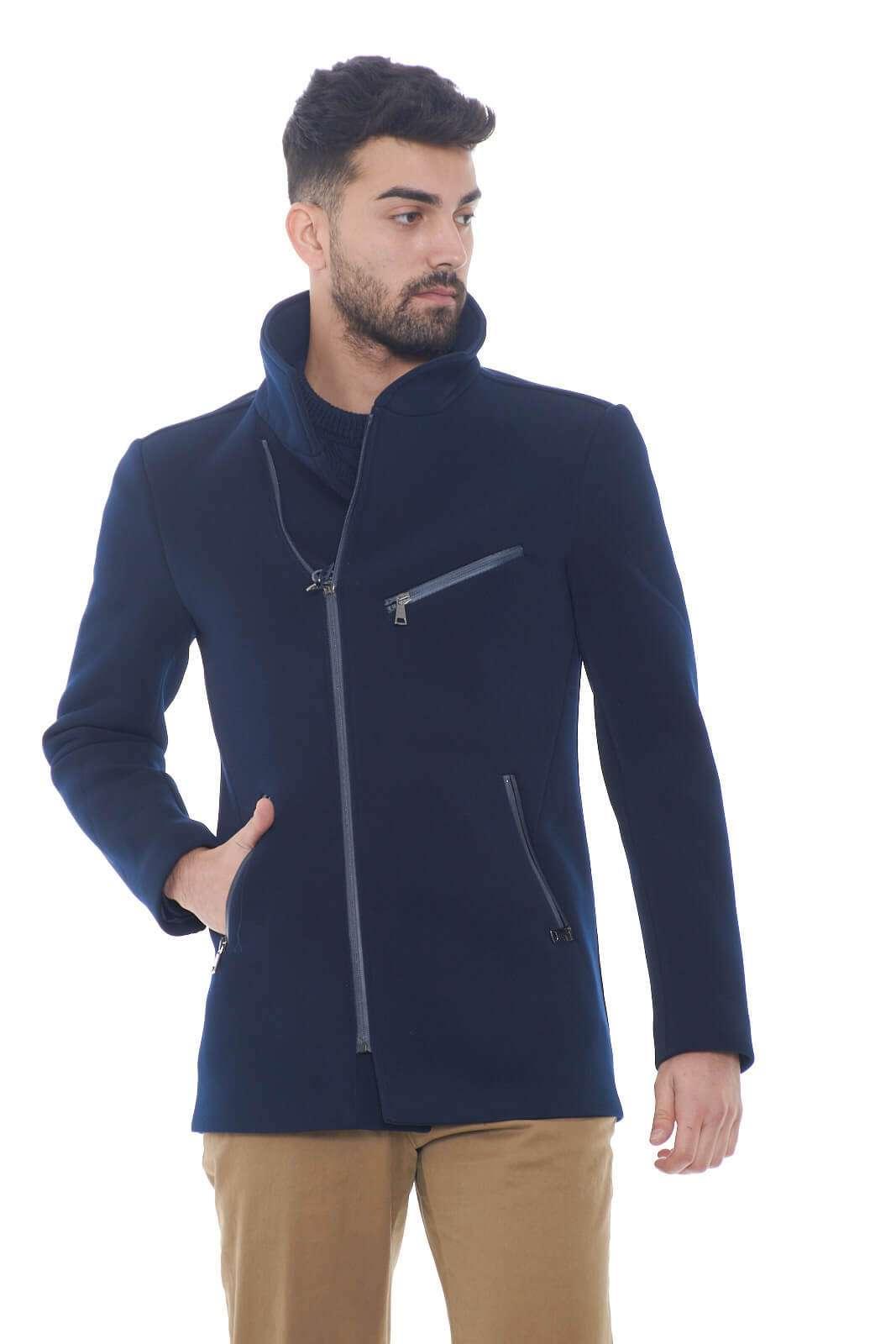 Semplice ed elegante questa giacca da uomo firmata up to Be. Perfetta per look classici e formali, dove risalterà subito all'occhio uno stile impeccabile e curato. La zip decentrata, aggiunge un tocco chic e moderno, ad un capo che conquisterà con la sua semplicità.  Il modello è alto 1,80m e indossa la taglia 48.