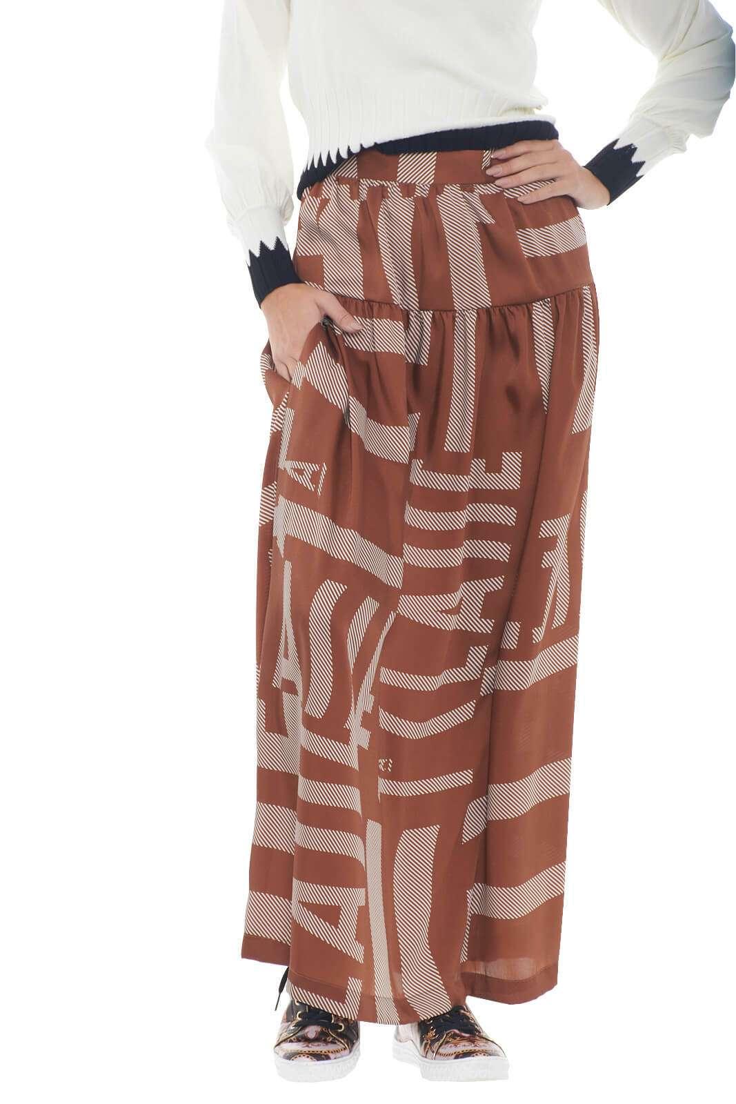 Una gonna di classe quella firmata Alviero Martini, perfetta per look classici e formali. Ideale da indossare con maglie o bluse, per outfit eleganti e ricercati, impreziositi da firme esclusive.  La modella è alta 1,78m e indossa la taglia 42.