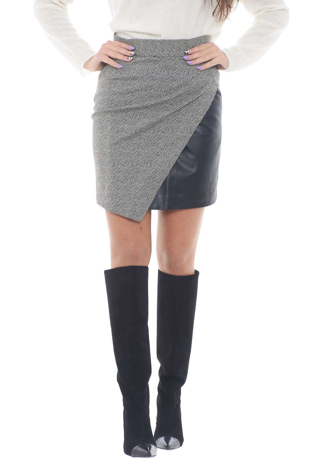 Una minigonna femminile e alla moda, perfetta per la donna che ama capi trendy e chic. L'inserto in ecopelle,regala anche un tocco fashion in più rendendo il capo facilmente abbinabile con bluse, maglioncini o t shirt, per rendere ogni outfit sempre sul pezzo.  la modella è alta 1,78m e indossa la taglia 40.