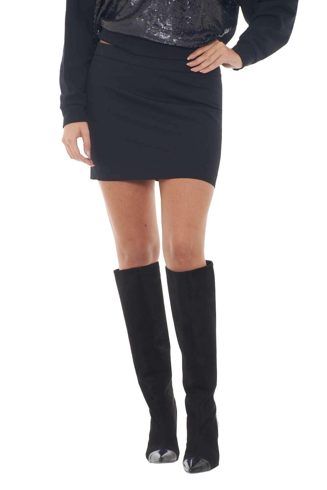 Una minigonna realizzata in pura lana vergine, quella firmata Patrizia Pepe. Perfetta da indossare con stivali alti per uno stile contemporaneo e fashion. L'ideale per look senza mezze misure, femminili e alla moda.  La modella è alta 1,78m e indossa la taglia 42.