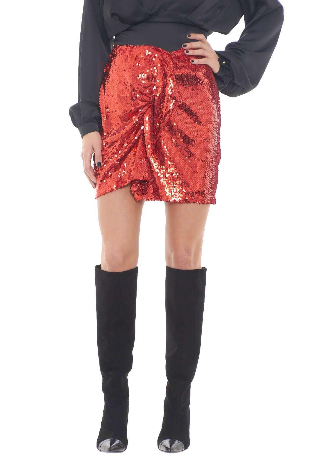 Una gonna eccentrica e sgargiante, perfetta per le tue occasioni più glamour. Il colore acceso, e le paillettes applicate, la rendono un capo ideale per party e feste, dove con una semplice t shirt o blusa, creerai outfit alla moda.  La modella è alta 1,75m e indossa la taglia 40.
