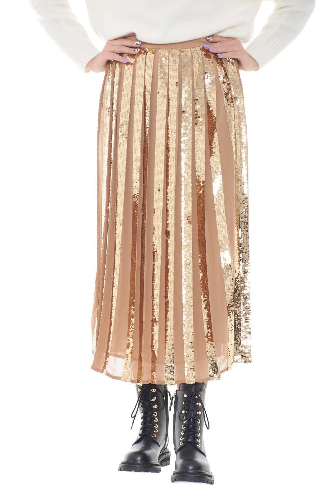 Una gonna dala carattere fashion quella firmata da Twinset Milano. La versione lunga è impreziosita dal contrasto in paillettes, luminoso e glamour. Da abbinare con una tacco alto e una blusa per rendere il proprio look elegante e indimenticabile.
