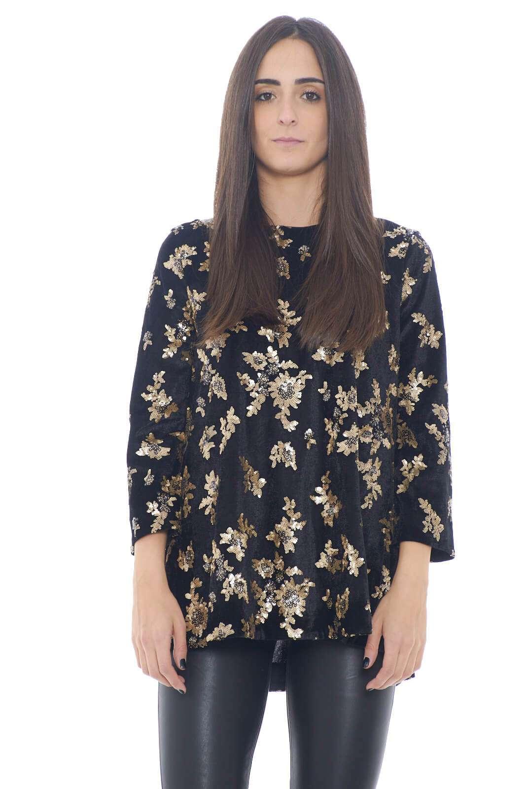 Una maglia da l look unico e particolare, quella firmata 1One. realizzata in ciniglia, e con delle paillettes dorate applicate a formare una fantasia, per un total look complessivo chic ed esclusivo. Per la donna che ama capi rari e sorprendenti.  La modella è alta 1,78m e indossa la taglia 40.