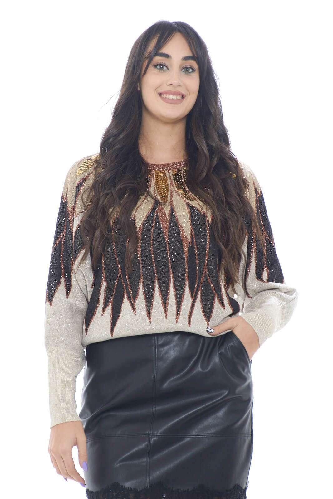 Una maglia ricca di dettagli e colori, perfetta per la donna che ama outfit sgargianti anche in inverno.  L'effetto lurex unito alle paillette applicate lungo il collo, rendono il capo chic e colorato, rendendolo ottimo per abbinamenti con gonne nere o pantaloni in lurex.    la modella è alta 1,78m e indossa la taglia S.