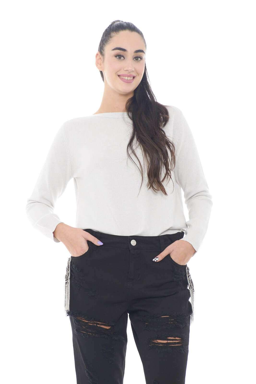 Una maglia unica, quella firmata da Fabiana Filippi, realizzata in un pregiato misto di lana merino, seta e cashmere, per un comfort e una sensazione di morbidezza davvero ineguagliabili. Il tono pastello, la rende facile da abbinare a jeans o gonne nere, per un contrasto di colori chic e ricercato.  La modella è alta 1,78m e indossa la taglia 42.