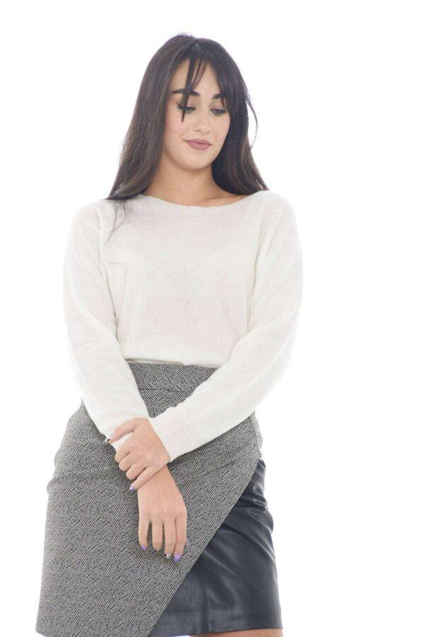 Un maglioncino che con il suo stile semplice e chic, renderà ogni tuo look curato e femminile. Realizzato con un misto di lana e cashmere, risulterà morbidissimo e caldo, oltre che elegante e raffinato, se abbinato con una semplice gonna, ma anche un jeans, rendendo ogni tuo outfit di tendenza.  La modella è alta 1,78m e indossa la taglia S.