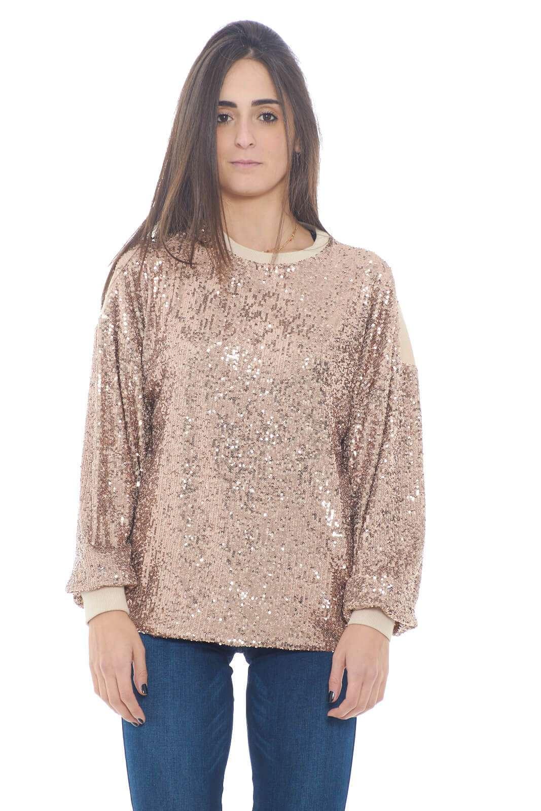 Una maglia fashion, grazie alle paillettes applicate lungo tutta la parte anteriore. L'ideale per outfit chic e quotidiani, dove potrai sfoggiare un look sempre pronto a stupire.  La modella è alta 1,78m e indossa la taglia 42.
