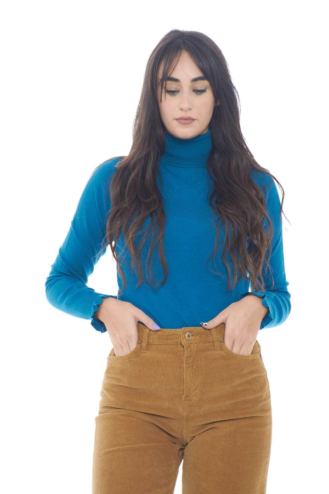 Una maglia dolcevita, semplice e pratica, firmata Liu Jo. Perfetta per outfit che punteranno tutto su uno stile semplice, ma curato. L'ideale per abbinamenti con pantaloni a costine, o minigonne, per sfoggiare un look chic e trendy.  La modella è alta 1,78m e indossa la taglia S.