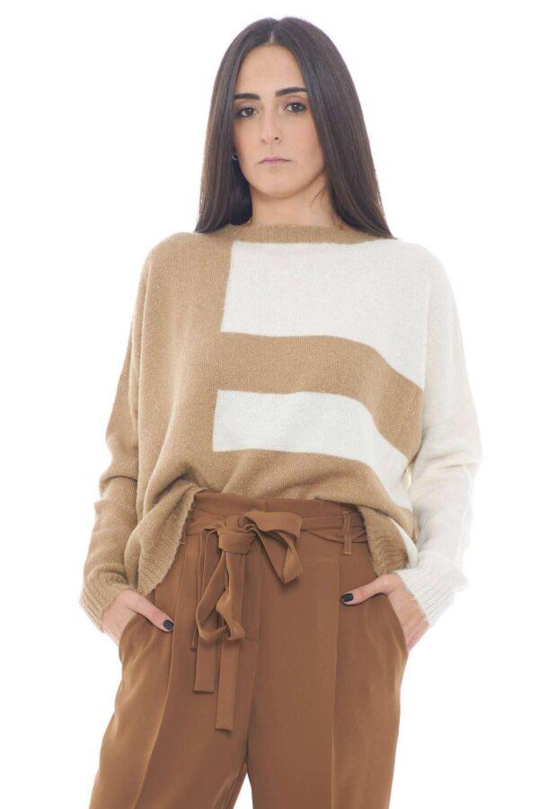 Un maglioncino in misto alpaca caldo e trendy, con un effetto lurex che aggiunge un tocco glamour e raffinato. Perfetto per outfit quotidiani casual e impeccabili, dove conquisterai con il tuo stile.  La modella è alta 1,75m e indossa la taglia S.