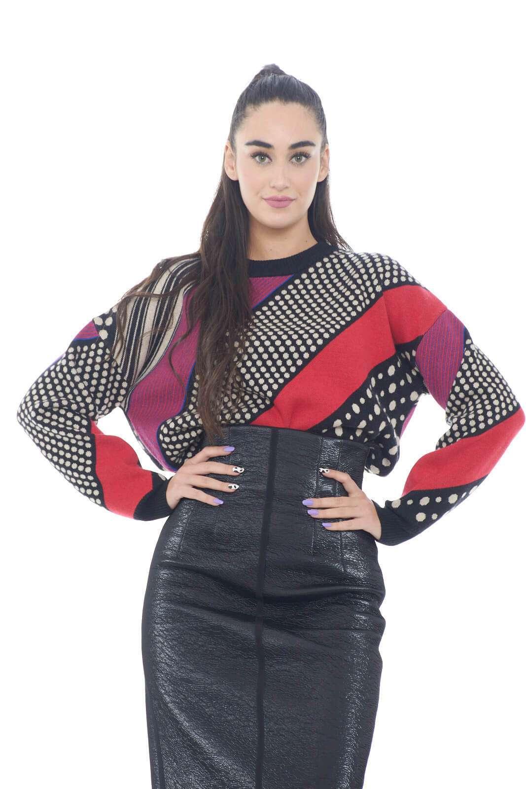 Un maglione colorato e caldo, quello proposto da Manila Grace. L'ideale per outfit invernali sgargianti e moderni. Per la donna che ama outfit più estrosi.  La modella è alta 1,78m e indossa la taglia S.
