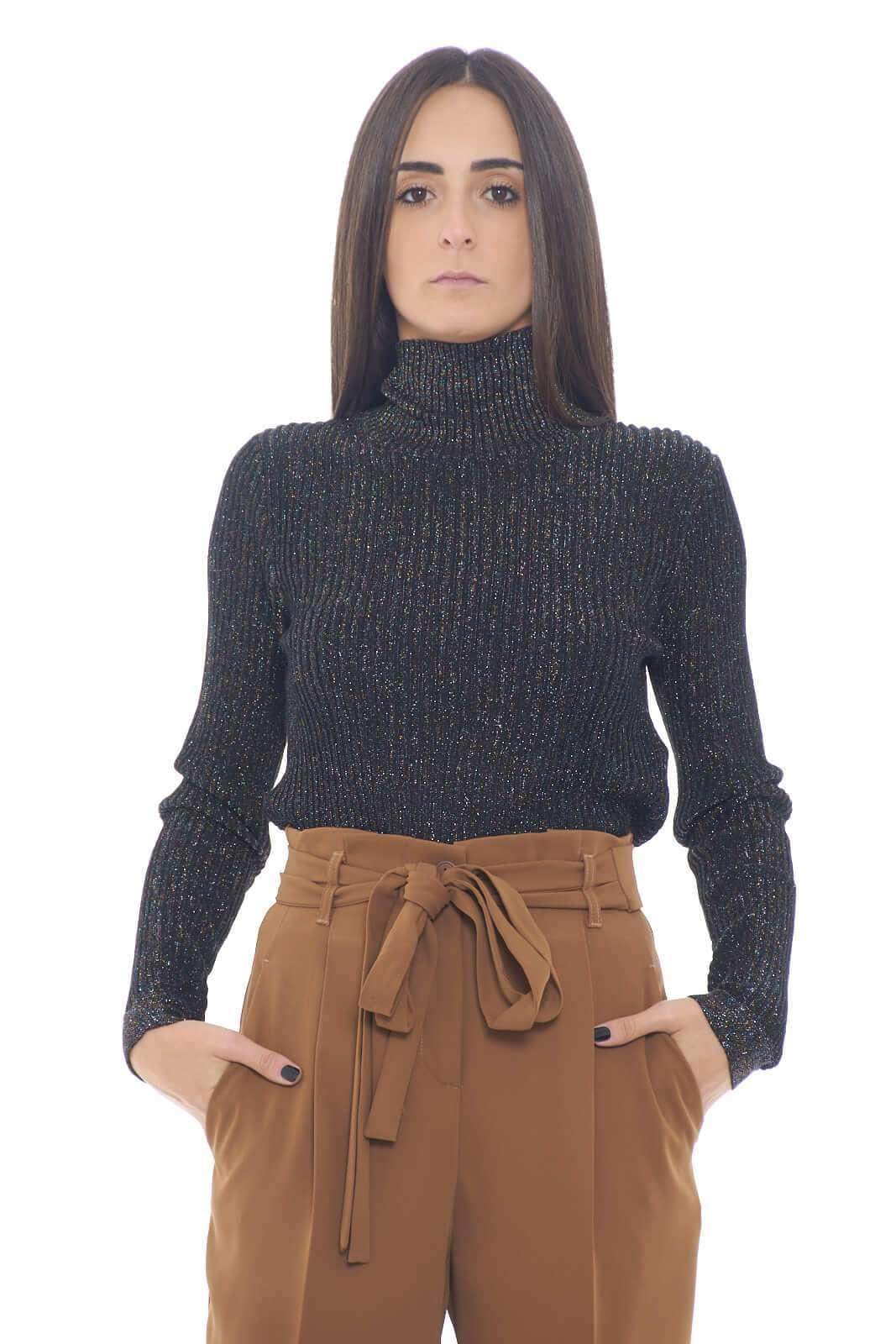 Un collo alto chic, ed estremamente raffinato, quello proposto da Manila Grace, per l'autunno inverno.  Gli inserti in lurex multicolore, regalano colore e stile, per un total look sempre glamour.    la modella è alta 1,75m e indossa la taglia S.