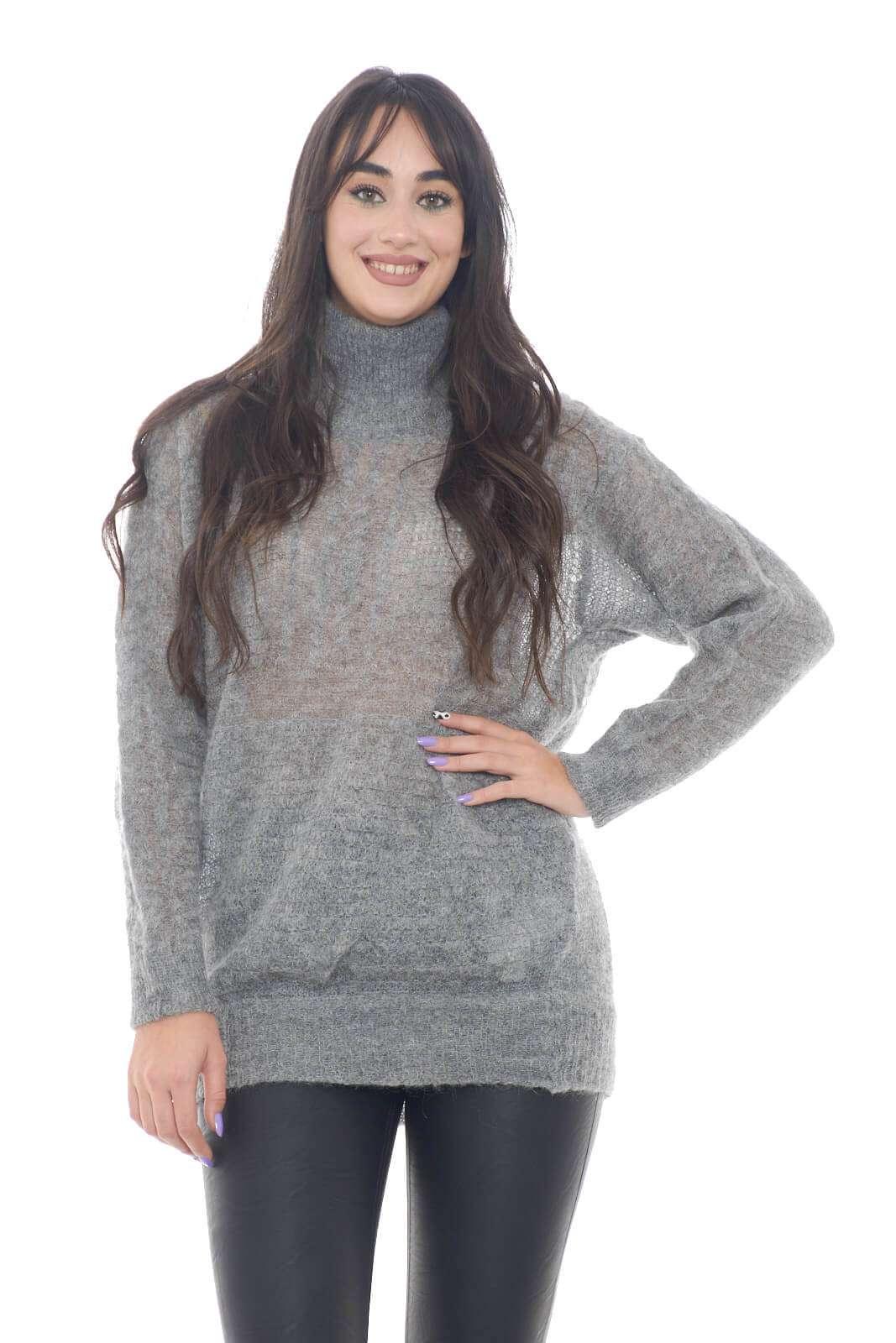 Una maglia con collo alto, semplice e casual, firmata Manila Grace. L'ideale per outfit quotidiani curati e versatili, che puntano tutto sulla semplicità.  La modella è alta 1,78m e indossa la taglia XS.