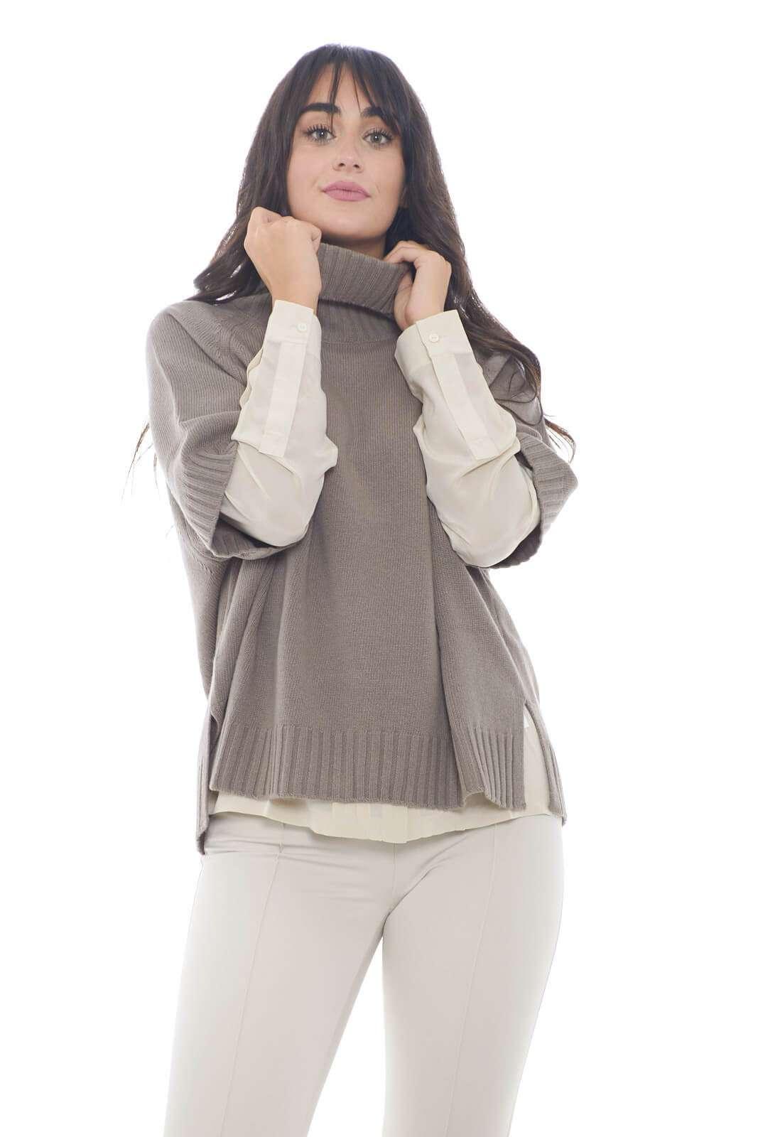 Una maglia in lana vergine con collo dolcevita per la nuova collezione donna Weekend Max Mara. Le maniche raglan tre quarti fanno da padrone su un capo semplice e versatile. L'apertura posteriore con bottoni la rende femminile e ricercata.