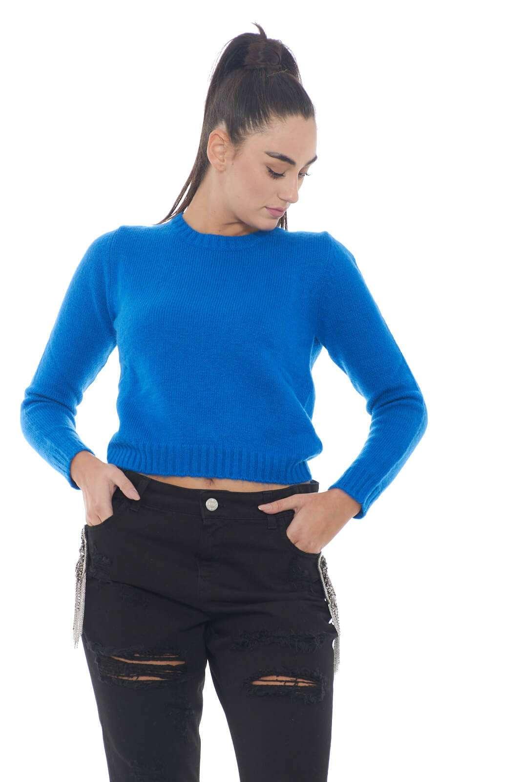 Una maglia dalla linea semplice e versatile la Sagra proposta dalla new collection Weekend Max Mara. Il caldo filato in misto mohair conquista tutti i look e si abbina sia a gonne che pantaloni. Un must have.