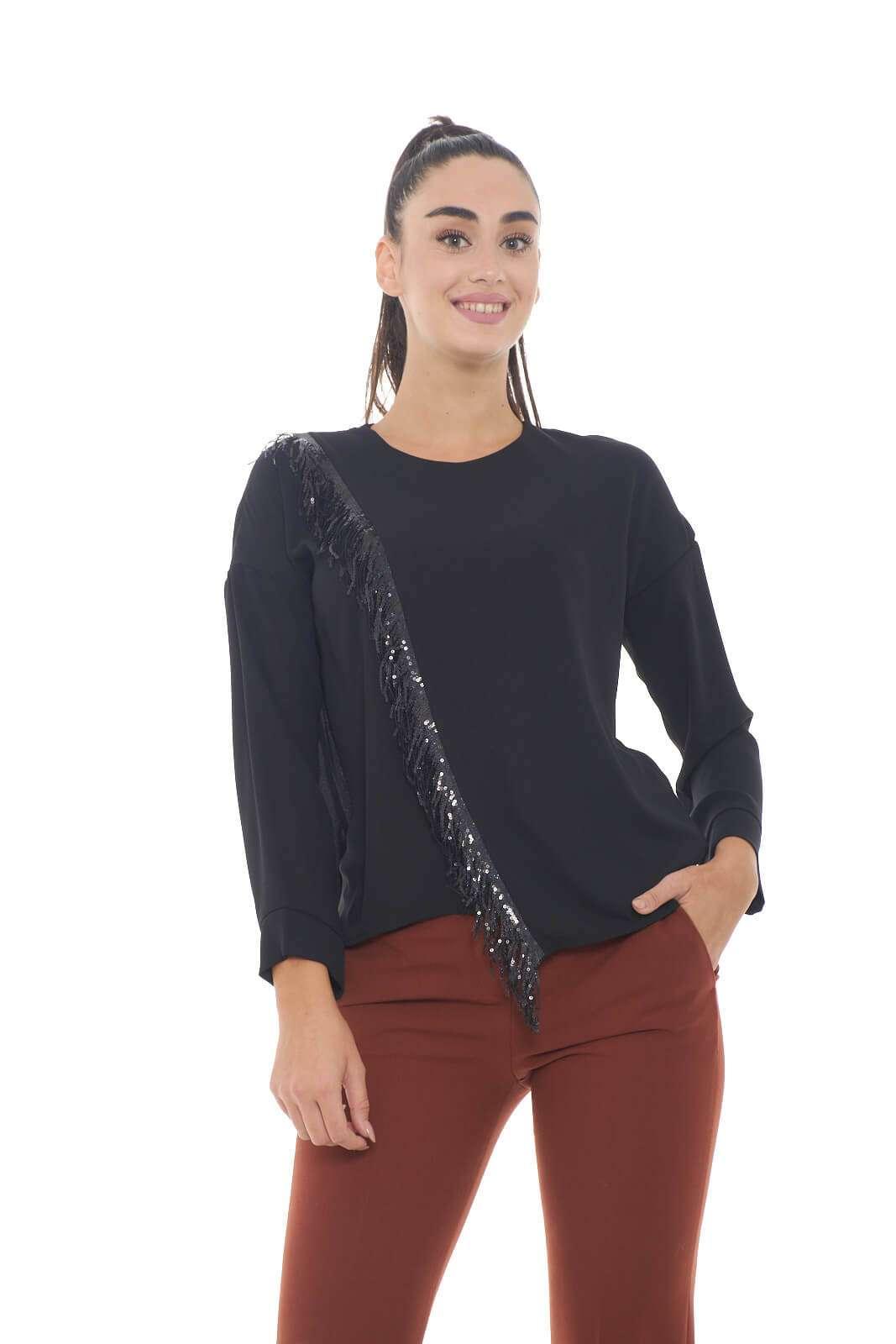 Una blusa che nella sua semplicità ti conquisterà. Le paillettes applicate regalano un tocco in più, per look mai banali. Perfetta da indossare con jeans o pantaloni, per outfit quotidiani sempre curati.  La modella è alta 1,78m e indossa la taglia S.
