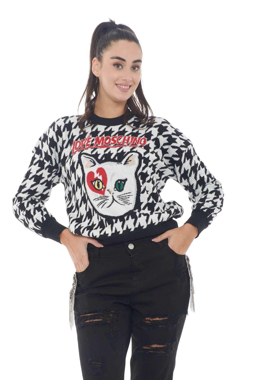 Un capo unico la maglia in misto cashmere firmata Love Moschino. La fantasia pied de poule è impreziosita dall'immagine sul davanti e dal logo in contrasto di colore. Da indossare con pantaloni o jeans rende prezioso il proprio outfit.