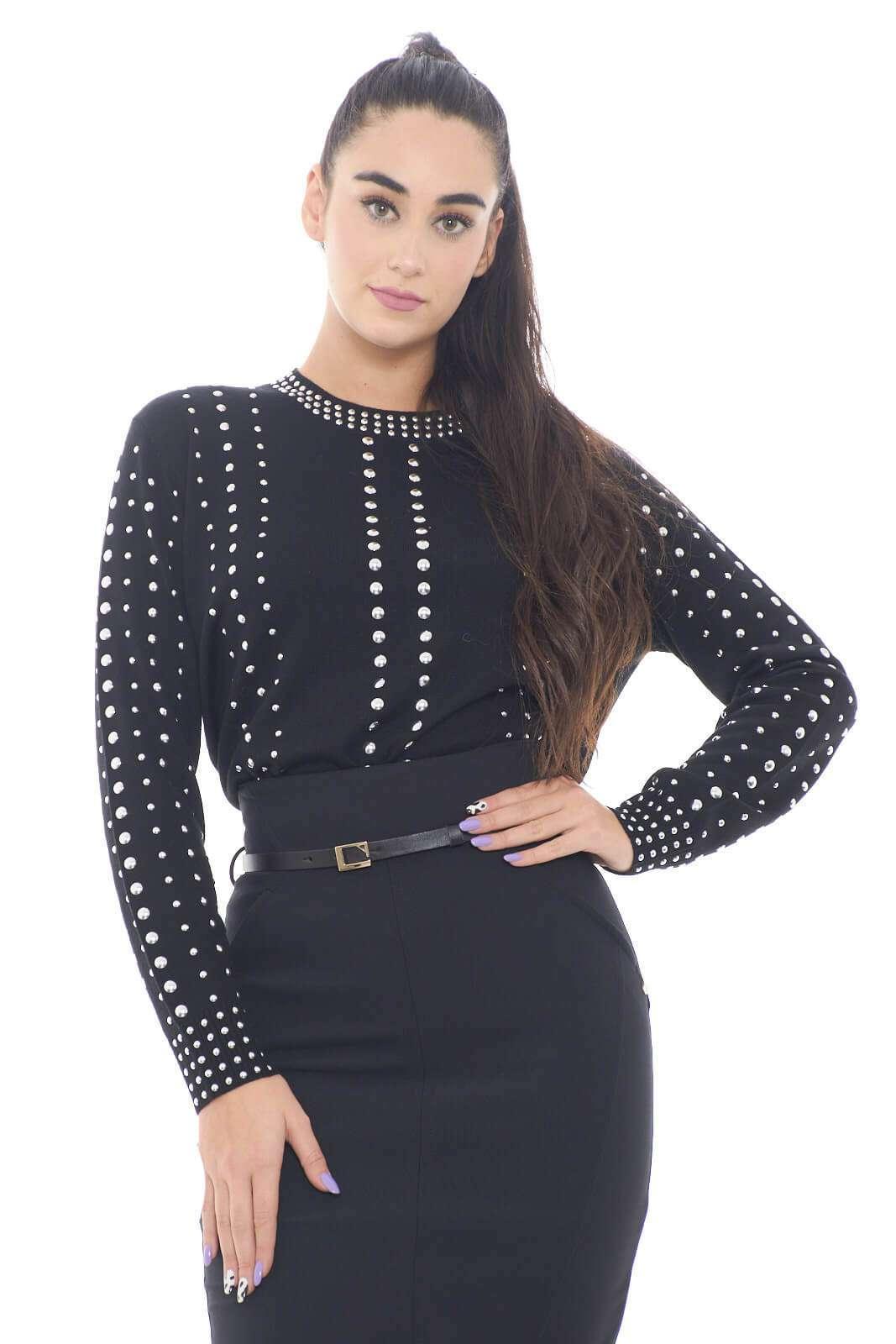 Comoda e fashion, la nuova maglia donna firmata Love Moschino conquista tutti gli stili. La linea basic con girocollo, è impreziosita da borchie per donare un look ricercato. Da indossare sia con pantaloni che con gonne, è versatile e glamour.