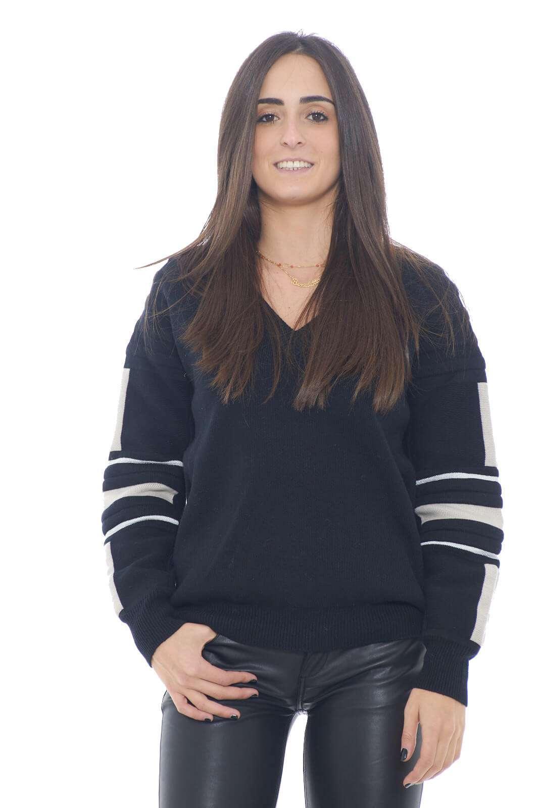 Un maglione alla moda, femminile e caldo, quello proposto da Patrizia Pepe. Perfetto per look semplici e chic, dove con un jeans e una sneaker, creerai outfit quotidiani glamour e sempre di tendenza.  La modella è alta 1,78m e indossa la taglia 0.