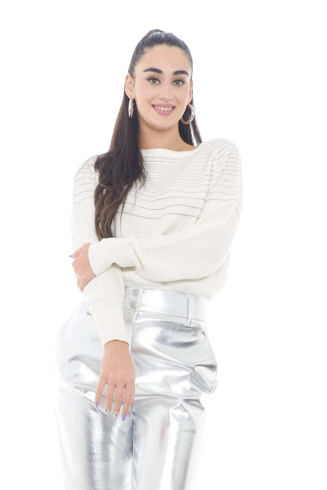 Un capo estremamente raffinato e glamour, quello firmato Patrizia Pepe, per la donna che ama capi esclusivi e sempre alla moda. L'ideale da abbinare a gonne o pantaloni, per completare un outfit sempre di tendenza. Gli strass applicati poi, sono un tocco chic e trendy.  La modella è alta 1,78m e indossa la taglia 1.