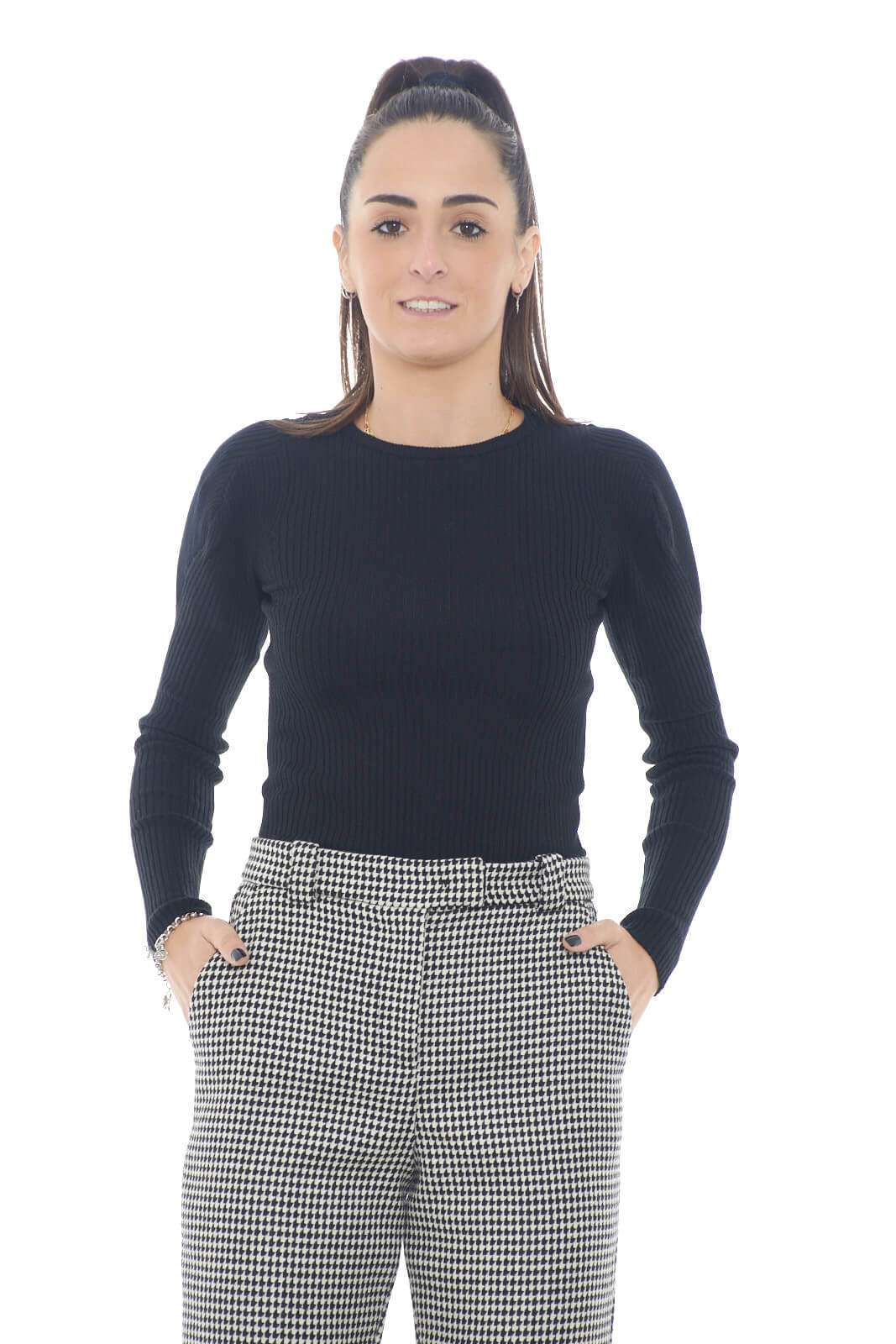 Semplice e versatile la maglia Costa D'Avorio proposta per la collezione autunno inverno Pinko. Da indossare con ogni look, è un capo facile da indossare sia solo che come sotto giacca. Il modello stretch ne definisce il look per poterlo indossare anche dentro un pantalone a vita alta.