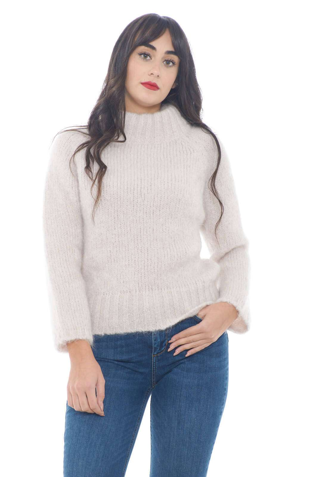 Una maglia chic e calda, realizzata in un confortevole misto di mohair, quella firmata Pomandére. Perfetta con jeans a vita alta, o pantaloni, per outfit che sorprenderanno con la loro semplicità.  La modella è alta 1,78m e indossa la taglia 38.