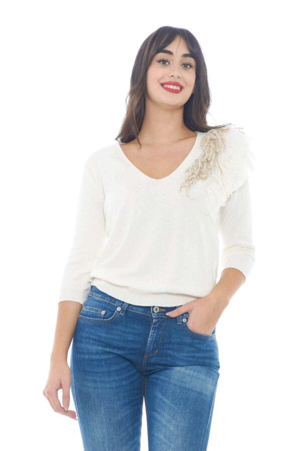 Una maglia ricercata, e chic, firmata TwinSet, per look femminili ed esclusivi in ogni occasione.  Le frange applicate lungo lo scollo, regalano un tocco davvero unico, per una maglia confortevole, e facile da abbinare con il tuo guardaroba.    La modella è alta 1,78m e indossa la taglia S.