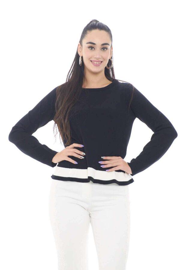 Una maglia semplice e curata, firmata da TwinSet. Perfetta per un outfit curato e alla moda, dove abbinerai facilmente pantaloni e jeans, per look fashion e sempre trendy.  La modella è alta 1,78m e indossa la taglia S.