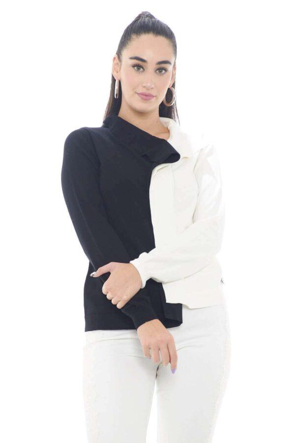 Una maglia Twinset semplice e versatile, ricca di dettagli unici e stilosi. La fantasia bicolore spicca, per uno stile innovativo e moderno, mentre il collo sciallato è il tocco chic che regala un look trendy e alla moda. Per la donna che ama le novità.  La modella è alta 1,78m e indossa la taglia S.