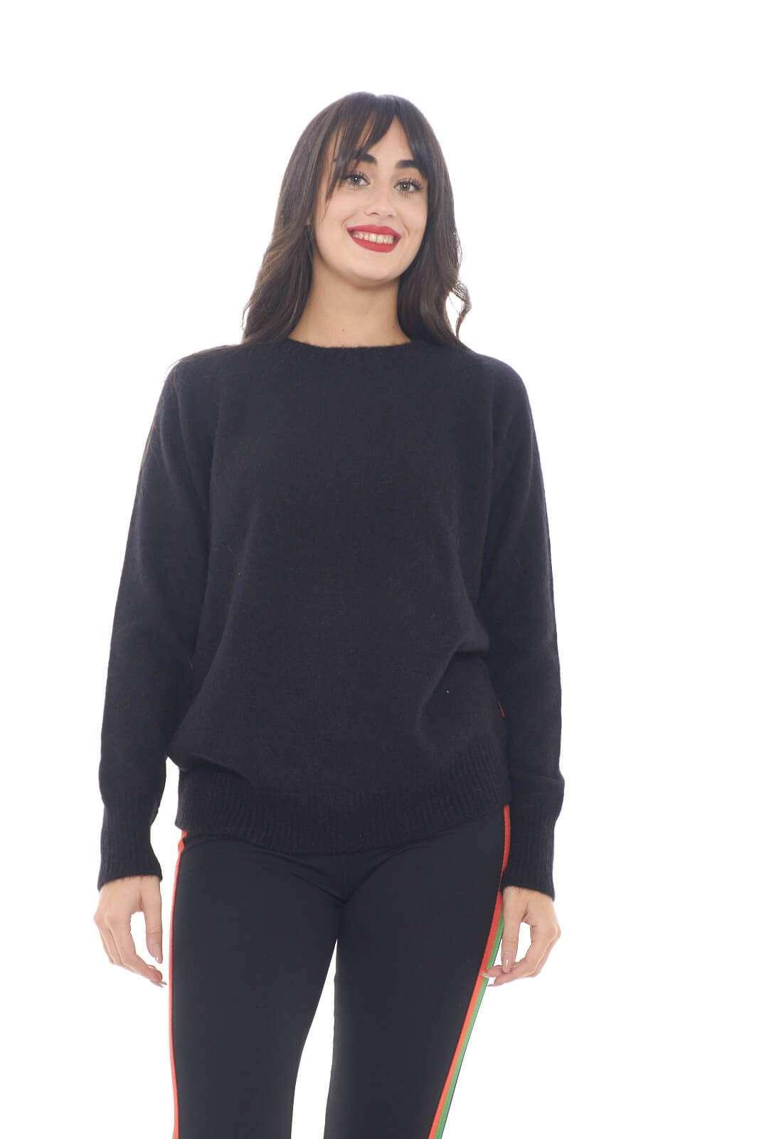 Una maglia in pannolence semplice e casual, perfetta per la tua routine.  Abbinata ad un jeans e una sneaker, renderà ogni outfit iconico e versatile.  Per la donna che ama vestire trendy.    La modella è alta 1,78m e indossa la taglia S.