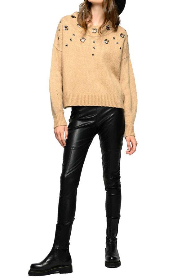 Un taglio corto in vita dalla vestibilità over per la maglia Tagikistan proposta dalla collezione Pinko. Una linea semplice impreziosita da borchie perfetta per i look più vivaci. Un essential della moda donna da rendere unica con un jeans o con un pantalone a vita alta.