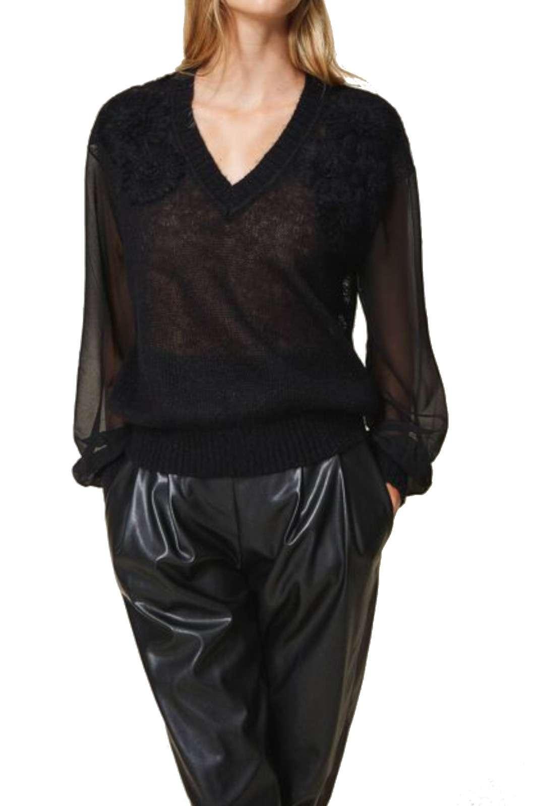 Indicato per i look quotidiani più importanti, il pullover donna firmato Twinset Milano si impone per il suo stile raffinato. Lo scollo a v e i fiori ricamati tono su tono ne esaltano la linea per un look scintillante. Da abbinare a pantaloni o a ad un paio di jeans è un'ottima soluzione per i propri outfit.