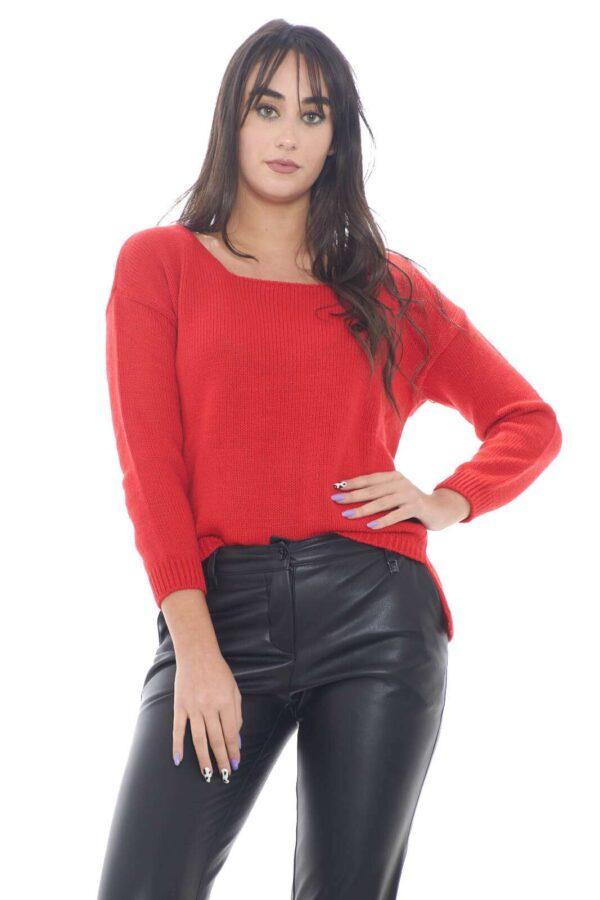 Una maglia casual e versatile,perfetta per outfit colorati e pratici per la tua routine. La vestibilità regolare, la rende ideale da indossare con ogni tipo di jeans o pantalone, dal regular, alla vita alta, per un look sempre al passo con le tendenze.  La modella è alta 1,78m e indossa la taglia TU.