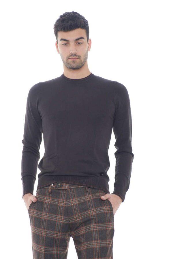Il maglioncino perfetto per l'uomo che ama indossare capi semplici e curati. Facile da abbinare a jeans e pantaloni, sarà una garanzia di stile per ogni situazione, dal lavoro, alla routine. Il modello è alto 1,80m e indossa la taglia M.