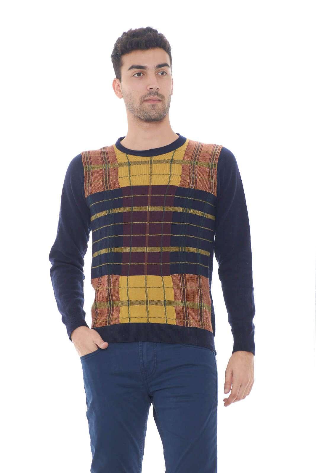 Una maglia calda e confortevole, realizzata in lana quella firmata Daniele Alessandrini. La fantasia check anteriore regala colore e stile, rendendo il capo adatto anche a look più chic. Il modello è alto 1,80m e indossa la taglia 48.
