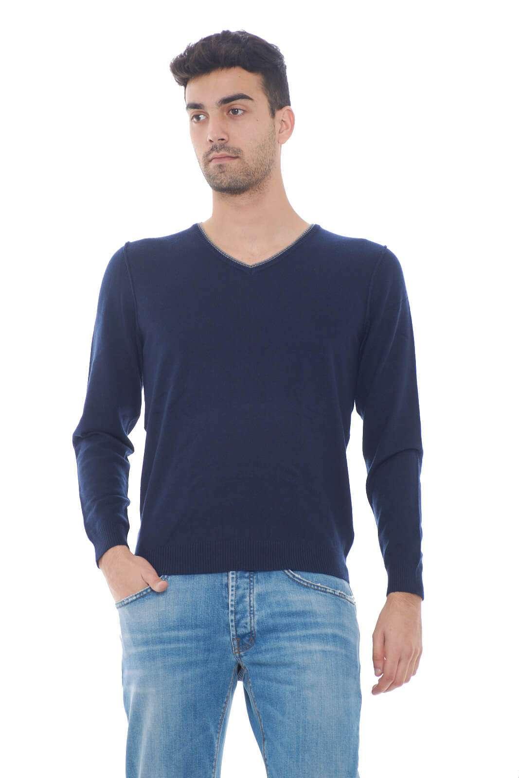 Un maglioncino pratico e versatile, perfetto per look che non vogliono strafare, ma che non rinunciano nemmeno allo stile. Lo scollo a V, permette di abbinarlo a t shirt o camicie, a seconda dell'occasione. Il modello è alto 1,80m e indossa la taglia M.