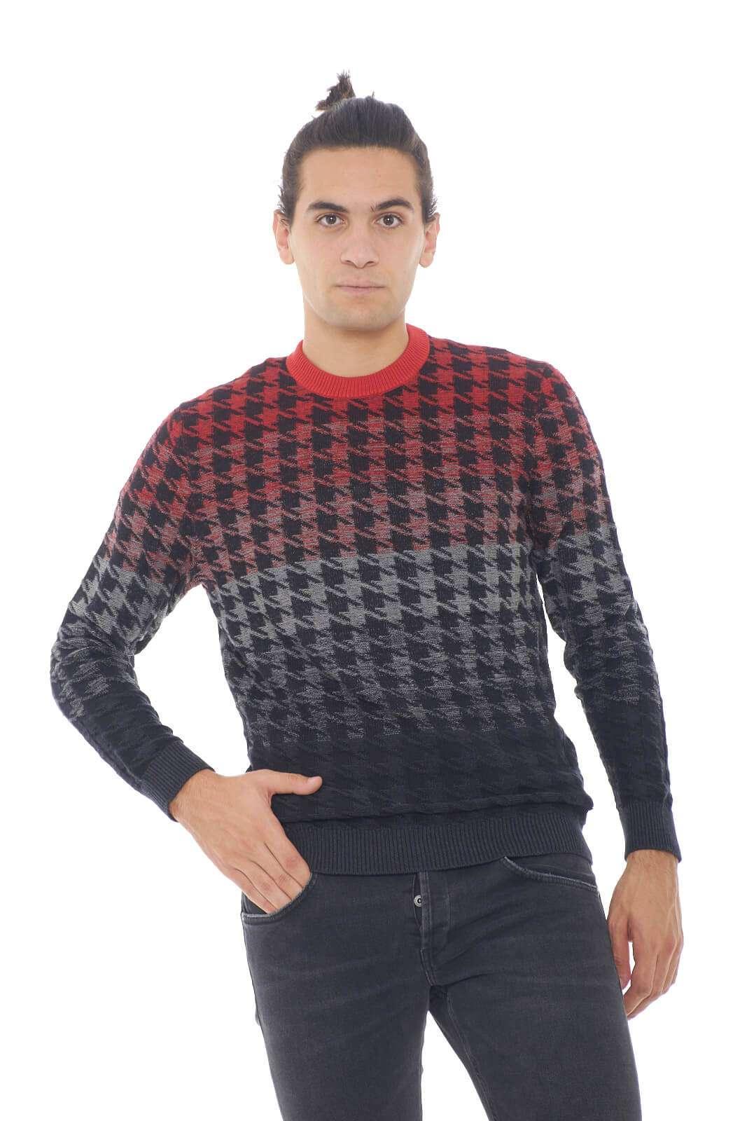 Un caldo maglione, colorato e comodo firmato Hugo Boss. Perfetto per regalare un tocco di colore ad ogni outfit, grazie alle sue sfumature multicolore, e alla fantasia pied de poule. Per l'uomo che ama look sgargianti anche con la stagione invernale.  Il modello è alto 1,90m e indossa la taglia XL.