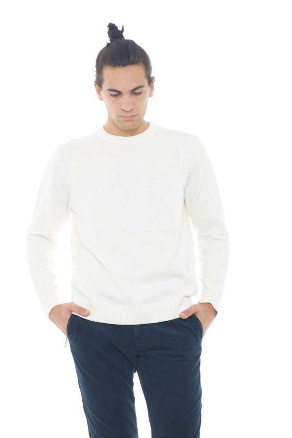 Maglioncino classico e semplice firmato Hugo Boss. Il colore must have per la stagione, lo rende perfetto per le occasioni casual, e non, dove sbalordirai con il tuo stile.  Il modello è alto 1,90m e indossa la taglia XL.