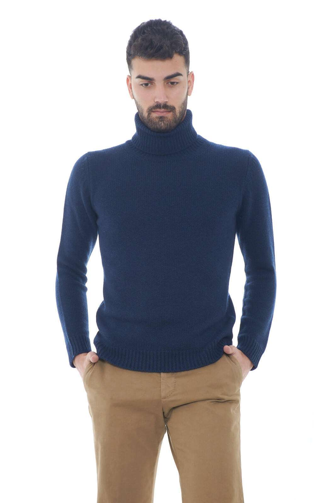 Un maglione realizzato con un misto unico di lana, seta e cashmere, per un comfort estremo, e sopratutto per restare al caldo anche con il freddo invernale. Il suo stile chic e moderno, garantirà un'aspetto curato e impeccabile ad ogni outfit tu voglia abbinarci, restando sempre al passo con le tendenze del momento.  Il modello è alto 1,80m e indossa la taglia 48.