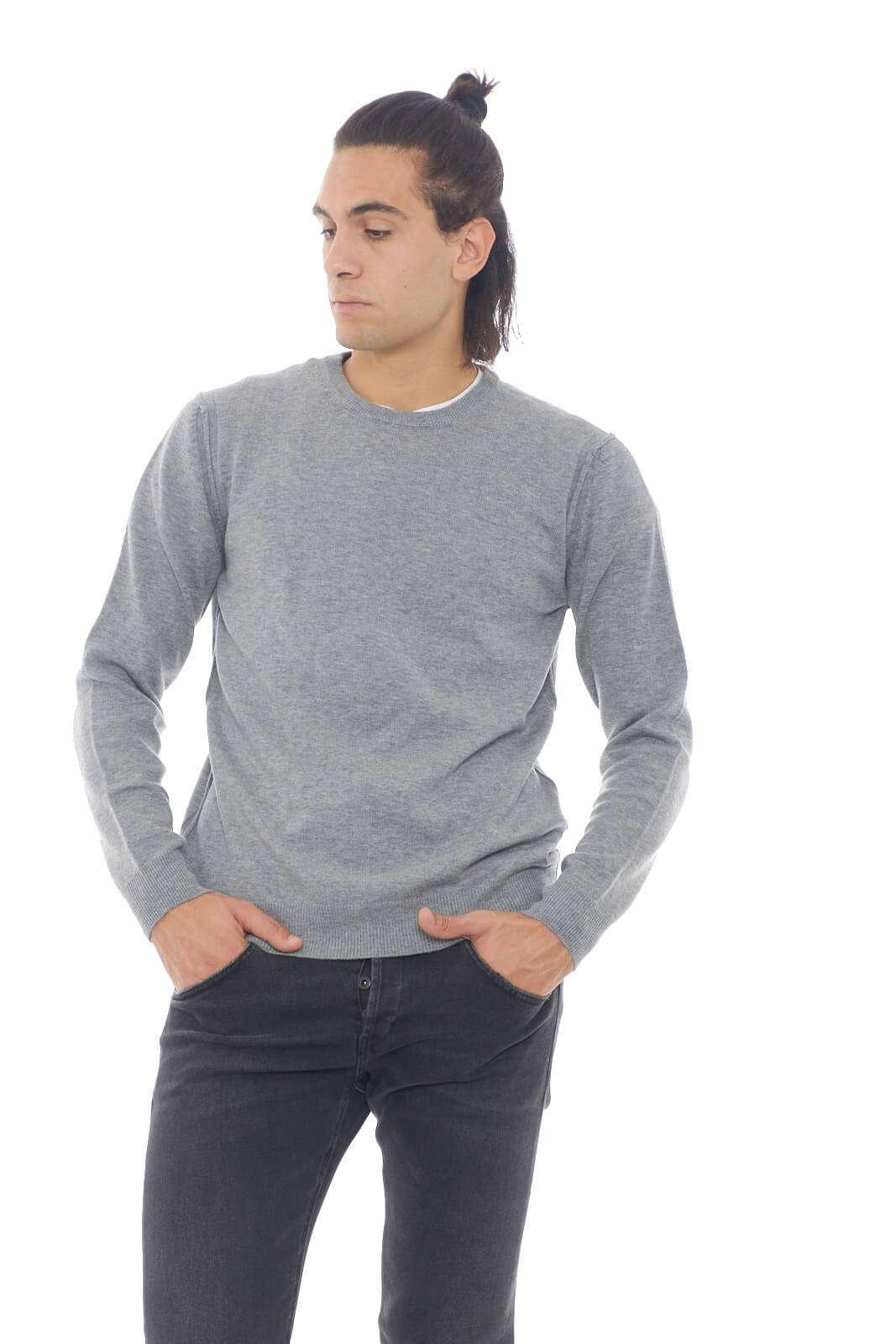 Un caldo maglioncino in lana quello firmato Kaos.  Perfetto per le tue occasioni più casual, dove sfoggerai un capo semplice ma curato.  Per l'uomo che ama la semplicità.    Il modello è alto 1,90m e indossa la taglia XL.
